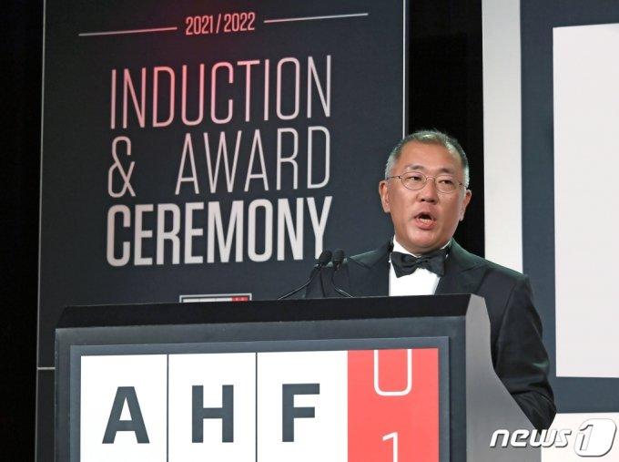 (서울=뉴스1) = 현대자동차그룹은 정몽구 명예회장이 세계 자동차산업 최고 권위의 '자동차 명예의 전당(Automotive Hall of Fame)'에 한국인 최초로 헌액됐다고 23일 전했다.   22일(현지시간) 미국 디트로이트에서 열린 2020/2021 자동차 명예의 전당 헌액식에서 정의선 현대차그룹 회장이 정몽구 명예회장을 대신해 헌액 소감을 말하고 있다. (현대차그룹 제공) 2021.7.23/뉴스1