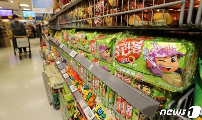 해태제과가 밀가루 가격 인상으로 과자 5개 가격을 평균 10.8% 인상한 지난 1일 서울의 한 대형마트에 홈런볼이 진열되어 있다./사진= 뉴스1