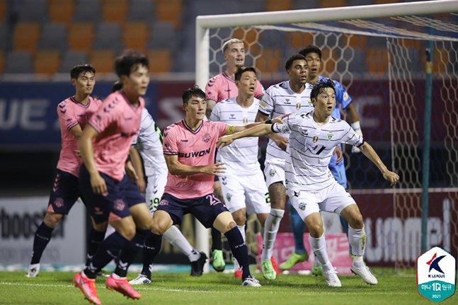 4일 수원종합운동장에서 열린 수원FC-전북현대전에서 치열한 자리 다툼을 버리고 있는 선수들. /사진=한국프로축구연맹