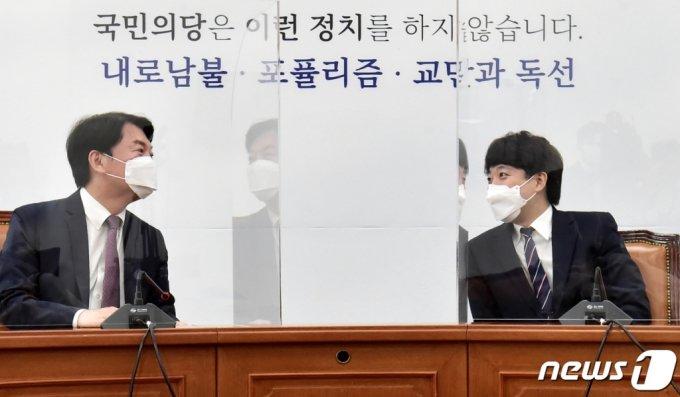 이준석 국민의힘 대표(오른쪽)가 안철수 국민의당 대표를 예방해 마주보며 대화하고 있다. /사진=뉴스1