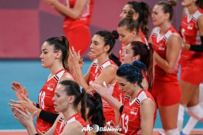 패배 후 한국 선수들을 향해 박수를 쳐주는 한국 선수들. /AFPBBNews=뉴스1