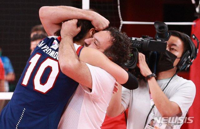 4강 진출 확정 후 김연경(왼쪽)과 라바리니 감독이 포옹을 하며 기뻐하고 있다. /사진=뉴시스
