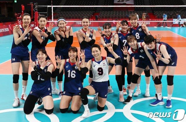 한국 여자 배구 대표팀이 4일 오전 일본 도쿄 아리아케 아레나에서 열린 '2020 도쿄올림픽' 여자 배구 8강 대한민국과 터키의 경기에서 세트 스코어 3대2로 승리를 거둔 후 4강 진출을 의미하는 숫자 4모양을 한 채 기념 촬영을 하고 있다. /사진=뉴스1