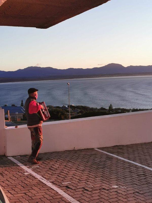 남아프리카공화국에서 코로나19에 감염돼 격리치료를 받는 아내를 위해 병원 앞에서 아코디언을 연주하는 남편의 사연이 전해졌다. /사진=페이스북 캡처