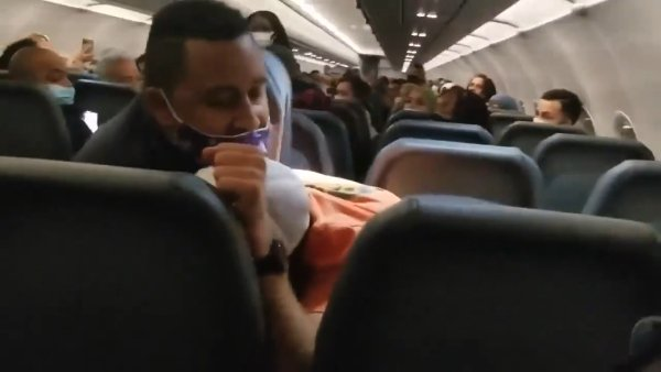 미국의 한 비행기 안에서 승무원을 성추행한 한 남성이 테이프로 꽁꽁 묶여 결박되는 소동이 벌어졌다. /사진=페이스북 영상 캡처