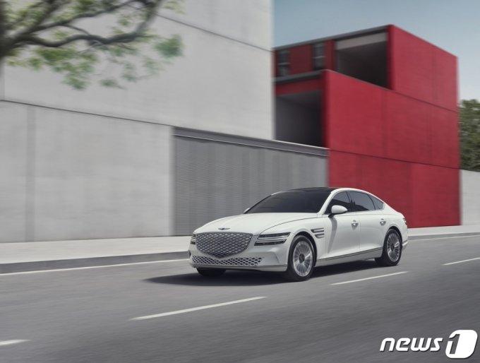 (서울=뉴스1) = 제네시스가 7일 첫번째 전기차 'G80 전동화 모델'을 출시한다고 밝혔다.   G80는 제네시스의 첫번째 고급 대형 전동화 세단이다.  87.2kWh의 고전압 배터리를 탑재해 1회 충전 시 최대 427km(산업부 인증 수치)를 주행할 수 있고 350kW급 초급속 충전 시 22분이내에 배터리 용량의 10%에서 80%까지 충전이 가능하다. (제네시스 제공) 2021.7.7/뉴스1