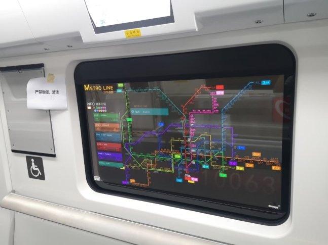 중국 심천 지하철에 설치된 LG디스플레이 55인치 투명 OLED에 표기된 지하철 노선도/사진제공=LG디스플레이