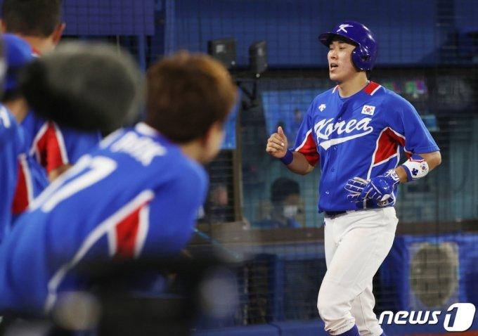 (요코하마=뉴스1) 송원영 기자 = 5일 저녁 일본 도쿄 가나가와현 요코하마스타디움에서 열린 '2020 도쿄올림픽' 대한민국과 미국의 패자준결승 야구경기 5회초 원아웃 1,3루 상황에서 박해민의 안타로 3루 주자 허경민이 홈으로 들어오고 있다. 2021.8.5/뉴스1