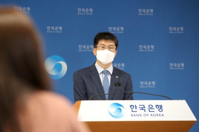 황상필 한국은행 경제통계국장이 6일 오전 서울 중구 한국은행에서 2021년 6월 국제수지(잠정)의 주요 특징을 설명하고 있다./사진=한국은행