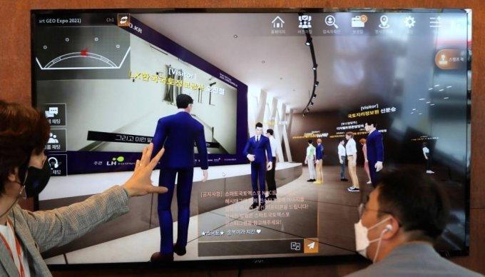 [서울=뉴시스] 추상철 기자 = '2021 스마트국토엑스포'가 온라인 전시행사로 열린 21일 오후 서울 강남구 한 스튜디오에서 행사 관계자가 가상공간 내 아바타들의 참석 모습을 보여주는 메타버스 플랫폼 시연을 하고 있다. 2021.07.21. scchoo@newsis.com