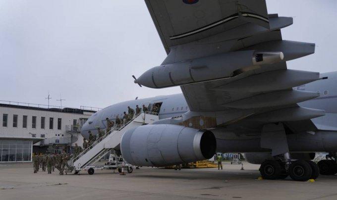 [브리즈노튼(영국)=AP/뉴시스]아프가니스탄을 탈출한 아프간인들을 태운 영국 공군의 보이저 수송기가 28일 브리즈노튼 공항에 착륙해 있다. 영국 국방부는 이날 아프간 국민들을 태운 마지막 대피 항공기가 카불 공항을 떠났다고 밝혔다. 아프간 주재 영국 대사도 이제 대피 작전을 끝낼 때라고 말했다. 2021.8.28