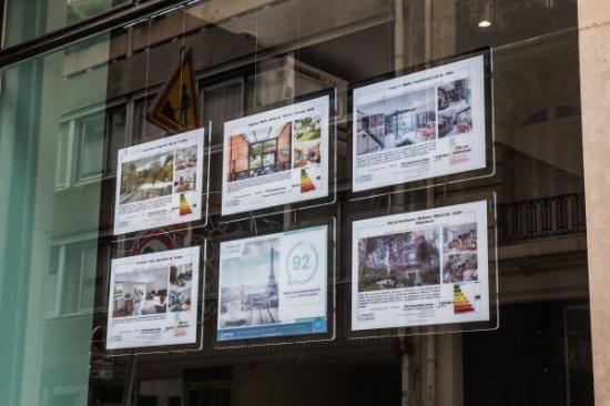 해외 부동산 중개소 윈도에 설치된 비트린미디어 VM시리즈/사진제공=비트린미디어코리아