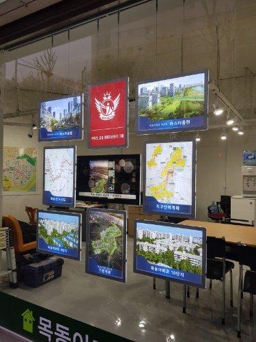 부동산 윈도에 설치된 비트린미디어 제품. 가로·세로 구성을 자유롭게 설치할 수 있다/사진제공=비트린미디어코리아