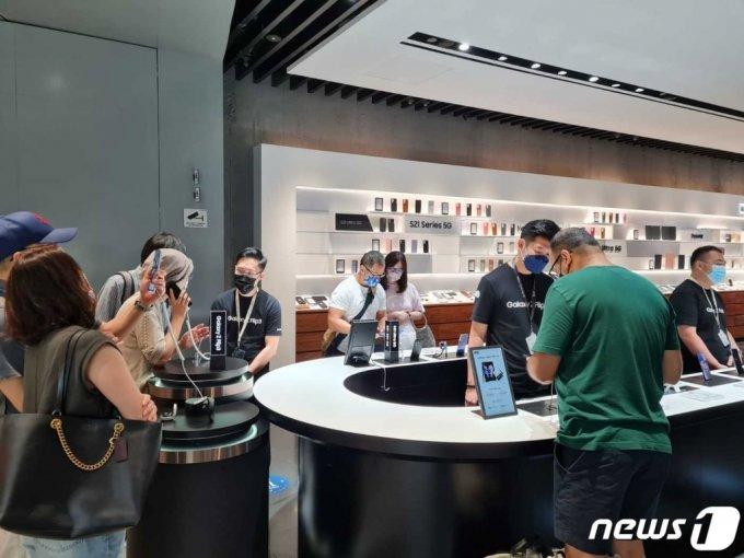싱가포르 상업지구 비보 시티(Vivo City)에 위치한 '삼성 익스프리언스 스토어'에서 관람객들이 제품을 체험하고 있다./사진=뉴스1(삼성전자 제공)