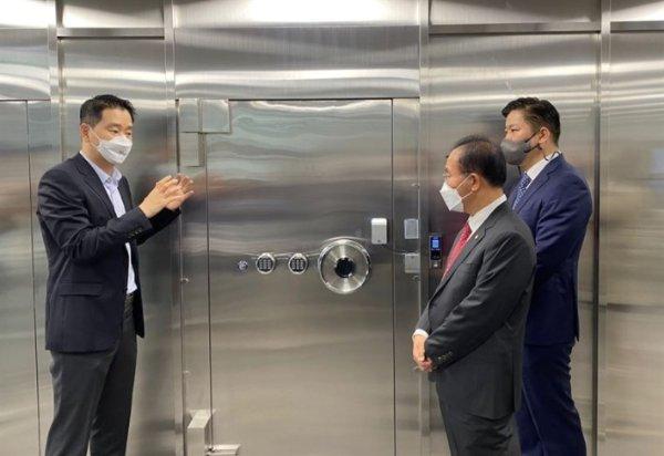 도현수 프로비트 대표(왼쪽)가 지난달 25일 서울 강남구 프로비트 본사에서 열린 '상자산 사업자 대상 현장 간담회'에서 콜드월렛룸에 대해 설명하고 있다./사진제공=프로비트