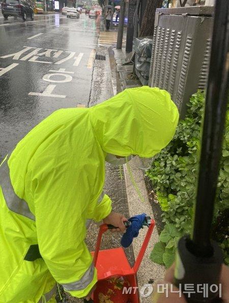 빗물에 젖어 쓰레기를 치우기 더 힘들다며, 고생하시던 홍대 거리의 환경미화원님./사진=남형도 기자
