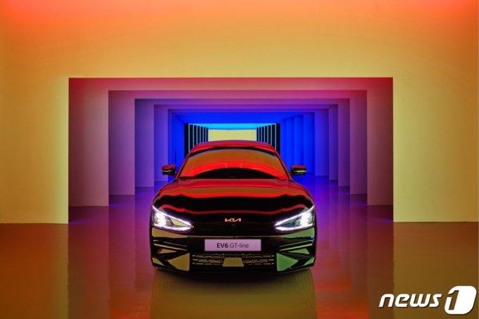 (서울=뉴스1) = 기아는 전용 전기차 EV 시리즈의 첫 모델 'The Kia EV6'에 특화된 대규모 고객 체험 공간을 마련하고 EV6 상품 탐색부터 시승 및 구매까지 전반적 경험을 제공한다고 25일 밝혔다.   오는 27일부터 내년 7월까지 서울 성수동에 마련한 320평 규모의 전기차 특화 복합문화공간 'EV6 언플러그드 그라운드 성수'에서 전기차로 변화된 라이프스타일을 보다 실제적으로 고객에게 전달한다는 방침이다.   전시 공간은 헬로 EV6 존, EV6 라이프 존, EV6 인사이드 존, 상담 존, EV6 라운지, EV6 가든 등 총 6개 구역으로 구성돼 전기차 구매를 고려 중인 고객들과 MZ세대를상대로 전동화 모빌리티를 선도하는 기아의 청 사진을 제시한다. (기아 제공) 2021.8.25/뉴스1