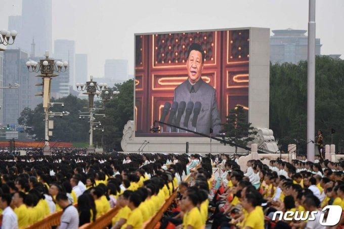 시진핑 중국 국가주석이 지난 7월 1일 (현지시간)  베이징의 톈안먼 광장에서 열린 공산당 창당 100주년 경축행사서 연설하는 모습이 영상으로 비치고 있다. /사진=AFP=뉴스1