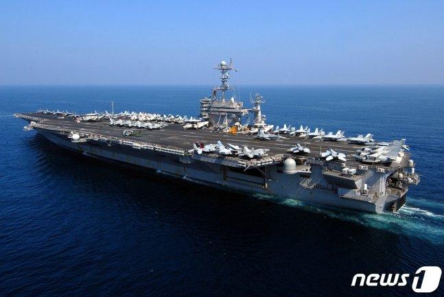 남중국해에 주둔하고 있는 미 해군 항공모함 로널드 레이건호. /사진=AFP=뉴스1