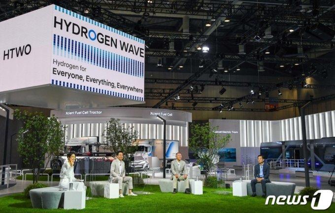 (서울=뉴스1) = 정의선 현대차그룹 회장이 7일 하이드로젠 웨이브'(Hydrogen Wave) 글로벌 온라인 행사에서 '수소사회로의 전환'을 선언했다.   이날 정 회장은
