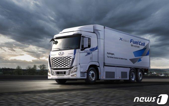 (서울=뉴스1) = 현대자동차는 2021년형 엑시언트 수소전기트럭을 출시한다고 25일 밝혔다.  엑시언트 수소전기트럭은 현대차가 세계 최초로 양산한 대형 수소전기트럭이다.   2021년형 모델은 기존 엑시언트 수소전기트럭에 신규 그릴을 적용하고 샤시 라인업을 추가한 것이 특징이다. (현대차 제공) 2021.5.25/뉴스1