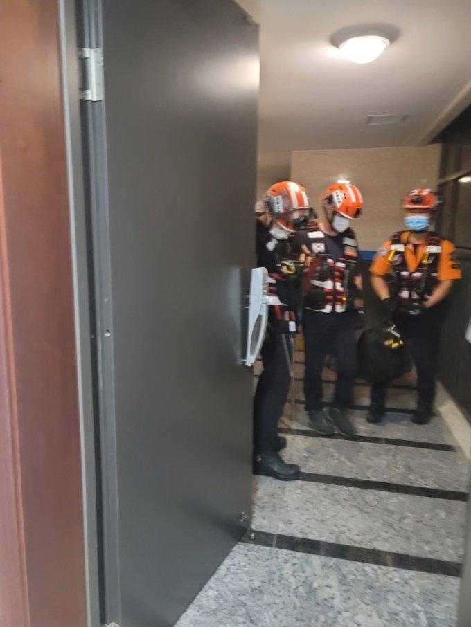7일 밤 가세연 강용석 소장 자택 현관문을 강제개방한 경찰에 의해 동원된 소방관들