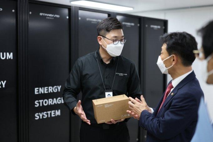 김부기 스탠다드에너지 대표(왼쪽)가 지난 6일 대전 유성구 생산 공장을 방문한 박기영 산업통상자원부 2차관에게 바나듐 이온 배터리 및 이를 활용한 ESS 시설에 대해 설명하고 있다.