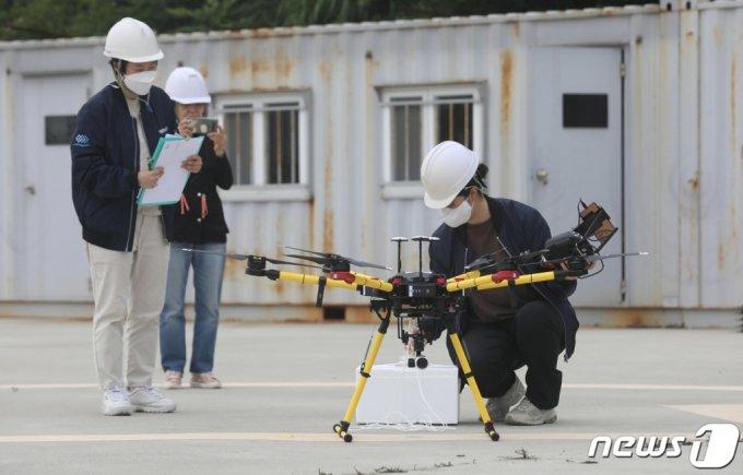지난6월 부산 영도구 한국해양대학교에서 해양드론기술 관계자들이  해상에 있는 선박으로 물품을 배송하기 위해 드론을 조작하고 있다. /사진=뉴스1