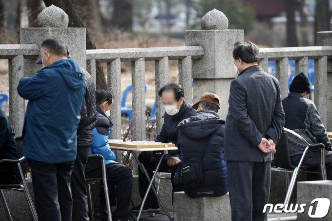지난 3월 서울 종로구 탑골공원 인근에서 어르신들이 장기를 두고 있다. /사진=뉴스1