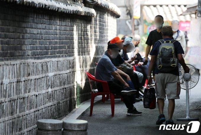 지난 7월 서울 종로구 탑골공원에서 어르신들이 그늘에서 휴식을 취하고 있다.  /사진=뉴스1