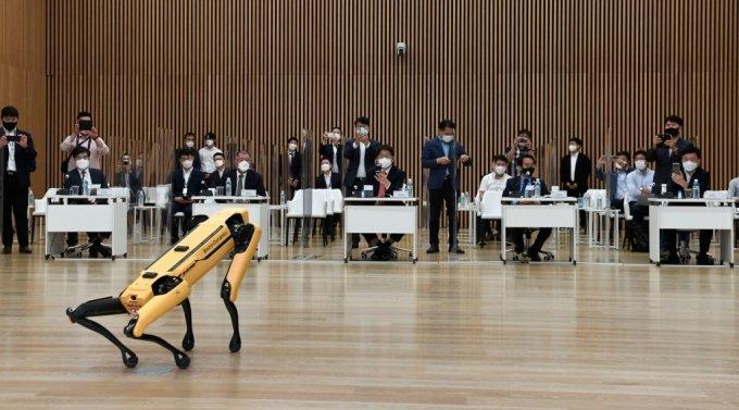 현대자동차그룹이 13일 현대모터스튜디오 고양에서 열린 국회 모빌리티 포럼 3차 세미나에서 참석자들에게 보스턴 다이내믹스의 4족 보행 로봇 '스팟'을 시연하고 있다. (왼쪽부터) 공영운 현대차그룹 사장, 정의선 현대차그룹 회장, 권성동 국민의힘 의원, 이원욱 더불어민주당 의원, 정만기 한국자동차산업협회 회장/사진제공=현대자동차그룹.