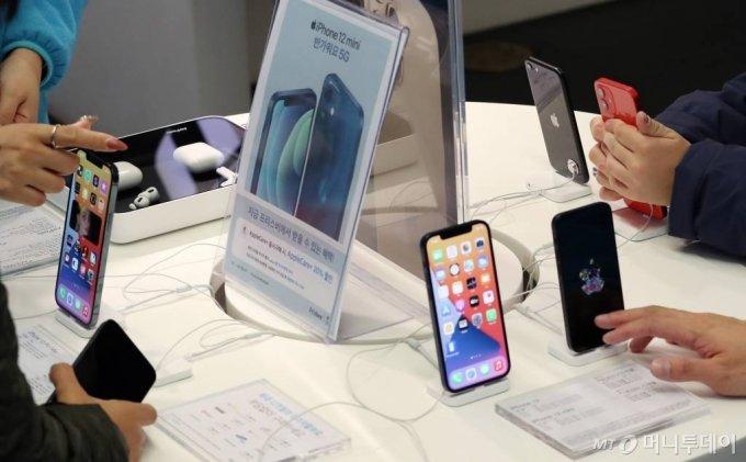 매장을 찾은 고객들이 애플 아이폰 12 프로 맥스와 12 미니 제품을 살펴보고 있다. /사진=김휘선 기자 hwijpg@
