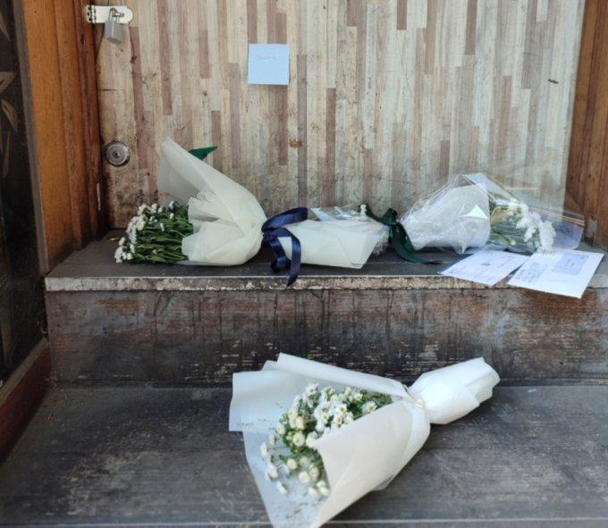 호프집 출입문 앞에 놓인 추모 꽃다발들 /사진=정세진 기자