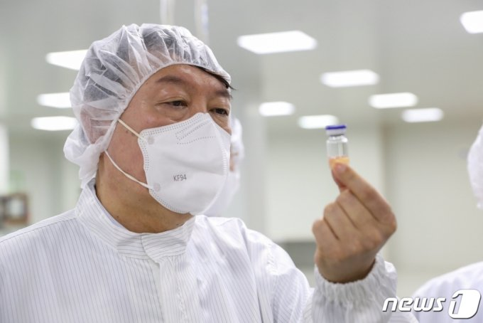 윤석열 국민의힘 대선 예비후보가 13일 경북 안동 SK바이오사이언스 공장을 방문해 개발중인 새로운 코로나19 백신을 살펴보고 있다. (윤석열 캠프 제공) /사진=뉴스1