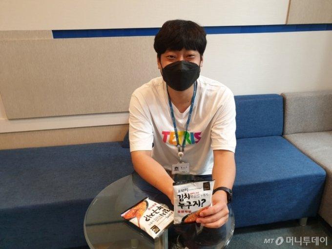 14일 서울시 강남구 GS타워에서 황보민 GS리테일 가공기획팀 MD가 누룽지 스낵 '오모리김치볶음밥누구지?'를 들어보이고 있다. /사진=이재은 기자