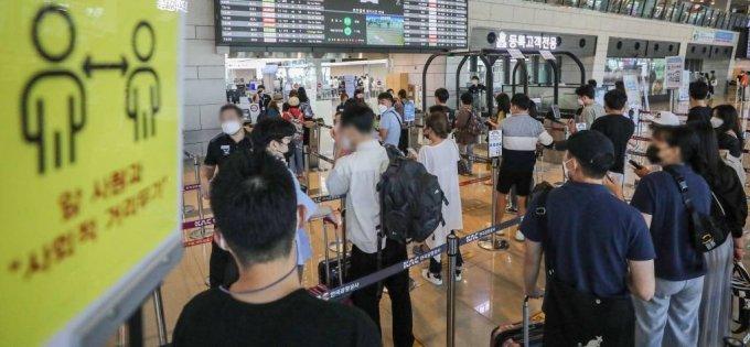 12일 오후 서울 강서구 김포공항 국내선 청사에서 여행객들이 탑승수속을 밟고 있다. /사진=뉴시스
