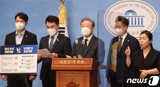 (서울=뉴스1) 오대일 기자 = 더불어민주당 이재명 대선 경선 후보가14일 국회 소통관에서  대장동 개발 관련 특혜 의혹을 반박하는 기자회견을 하고 있다. 이 후보는 이 자리에서