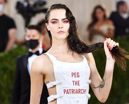 카라 델레바인, '성평등' 메시지 담은 조끼…파격 '멧 갈라' 패션