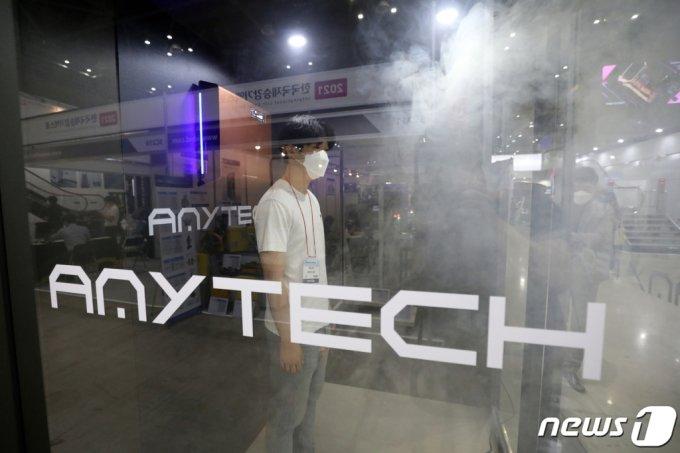 '2021 한국국제승강기엑스포'에서 애니텍 관계자가 승강기 살균시연을 하고 있다. /사진=뉴스1