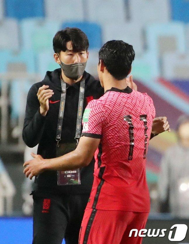 지난 7일 2022 국제축구연맹(FIFA) 카타르 월드컵 아시아지역 최종예선 A조 대한민국과 레바논의 경기 종료 후 승리한 손흥민(왼쪽)이 황희찬과 기쁨을 나누고 있다./사진=뉴스1