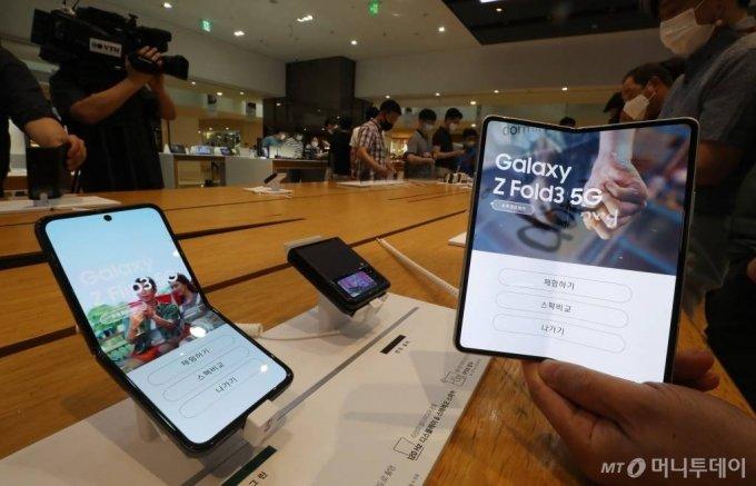 지난달 12일 서울 서초구 삼성 딜라이트를 찾은 고객들이 새로운 폴더블 스마트폰 갤럭시Z폴드3와 갤럭시Z플립3를 살펴보고 있다. 삼성전자의 갤럭시Z 폴드3와 갤럭시Z플립3는 오는 17일부터 23일까지 국내 사전 판매를 진행하며, 27일 한국, 미국, 유럽을 시작으로 전세계에 순차적으로 출시 예정이다. /사진=이기범 기자 leekb@