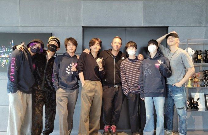 그룹 방탄소년단(BTS)와 록밴드 콜드플레이의 보컬 크리스 마틴/사진=방탄소년단 공식 트위터