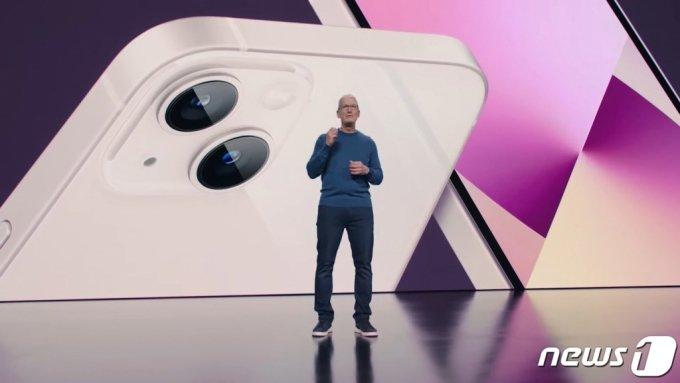 (서울=뉴스1) = 애플이 14일(현지시간) 캘리포니아 쿠퍼티노 애플파크에서 스페셜 애플 이벤트를 통해 아이폰13을 공개했다.   애플은 이날 온라인 행사를 통해 Δ아이폰13 미니 Δ아이폰13 Δ아이폰13 프로 Δ아이폰13 프로 맥스 등 총 4가지로 구성된 아이폰13 시리즈와 9세대 아이패드, 6세대 아이패드 미니, 애플워치 시리즈7 등을 선보였다.  가격은 아이폰13 799달러(약 94만원), 아이폰13 미니 699달러, 아이폰13 프로 999달러, 아이폰 13 프로 맥스 1099달러, 9세대 아이패드 329달러, 6세대 아이패드 미니 499달러, 애플워치 시리즈7 399달러 등이다. (애플 유튜브 캡쳐) 2021.9.15/뉴스1
