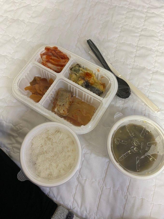 경기도 평택시 한 병원에 신생아와 함께 격리된 산모에게 제공된 식사. /사진=온라인 커뮤니티