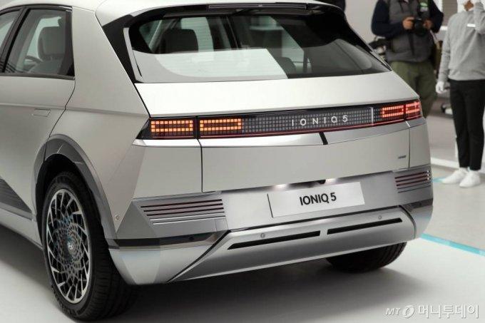 현대자동차의 첫 전기차 전용 플랫폼인 E-GMP가 적용된 '아이오닉 5'가 전시되어 있다. /사진=홍봉진 기자 honggga@