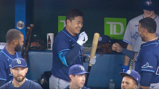 최지만(가운데)이 15일(한국시간) 토론토전 2회 홈런을 친 뒤 더그아웃에서 넬슨 크루즈(오른쪽)와 주먹을 부딪히고 있다.  /중계 화면 캡처