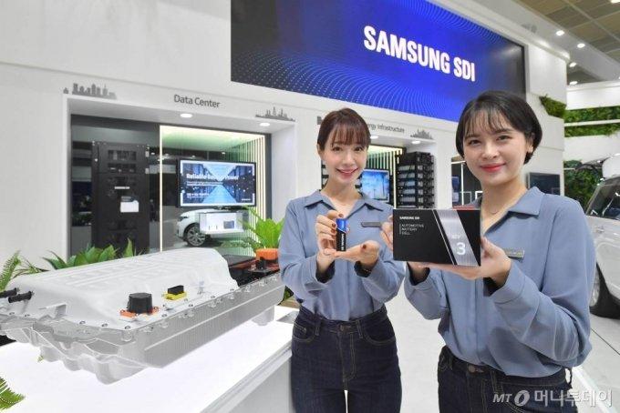 삼성SDI가 '2020 인터배터리'에서 선보인 원통형 배터리(왼쪽)와 각형배터리. /사진=삼성SDI