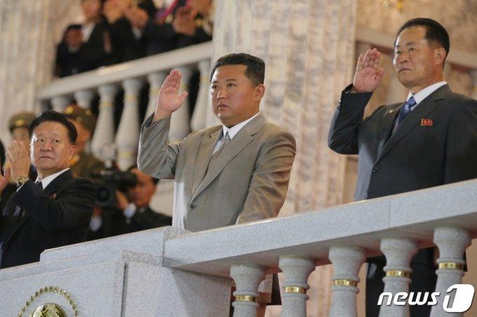 (평양 노동신문=뉴스1) = 북한 노동당 기관지 노동신문이 보도한 김정은 국무위원장 모습