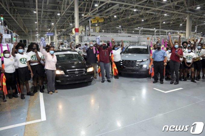 (서울=뉴스1) = 12일(현지시간) 미국 앨라배마주 몽고메리 현대자동차 공장(HMMA)에서 열린 누적 생산 500만대 생산 달성 기념식에서 자축 퍼레이드가 진행되고 있다. 지난 2005년 5월에 생산을 시작한 지 16년 3개월 만이다. (현대차 제공) 2021.8.13/뉴스1