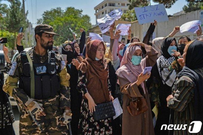 지난 7일(현지시간) 아프가니스탄 카불의 파키스탄 대사관 앞에서 여성들의 반 파키스탄 시위를 탈레반 병사가 지켜보고 있다. /사진제공=AFP/뉴스1
